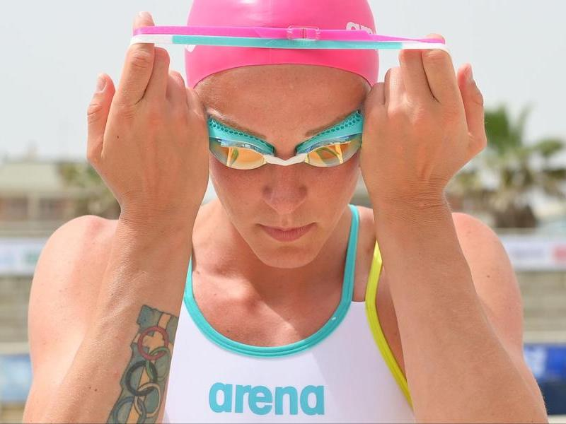 Freestyle pull: swimmer putting on goggles